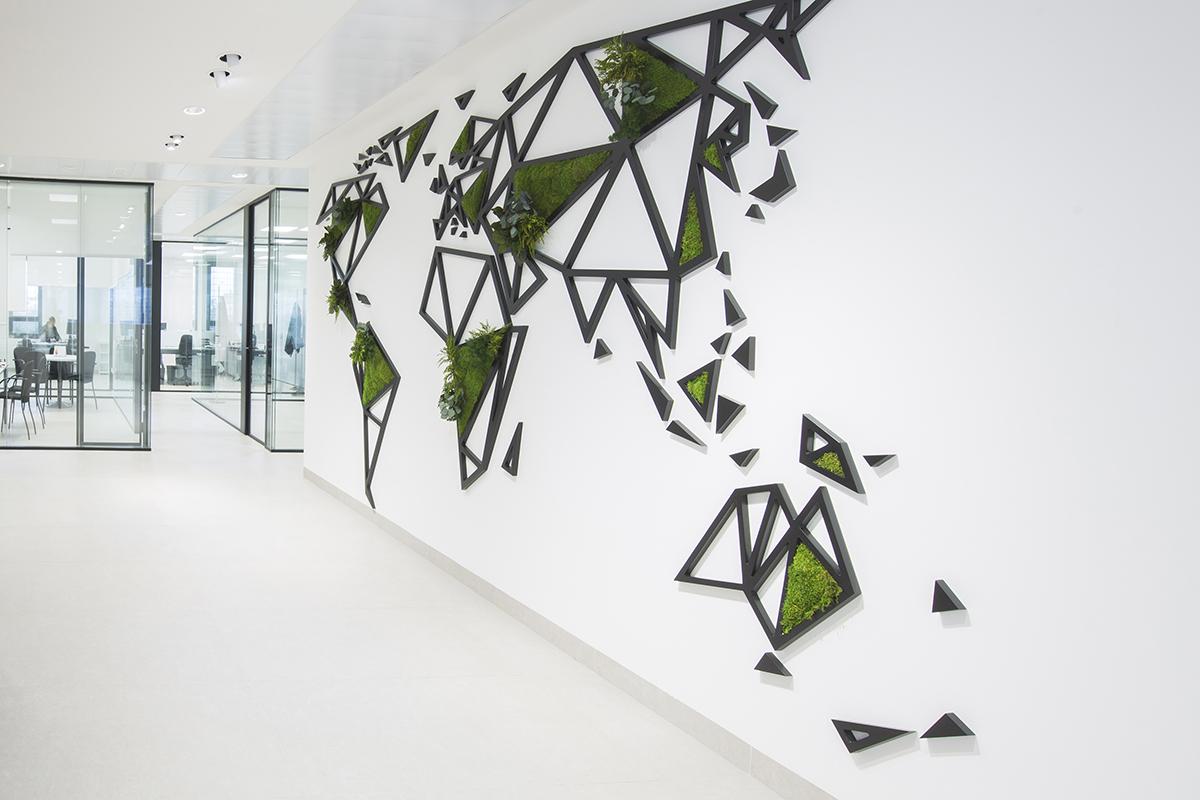 Decoración pared vegetal con mapa del mundo con plantas preservadas