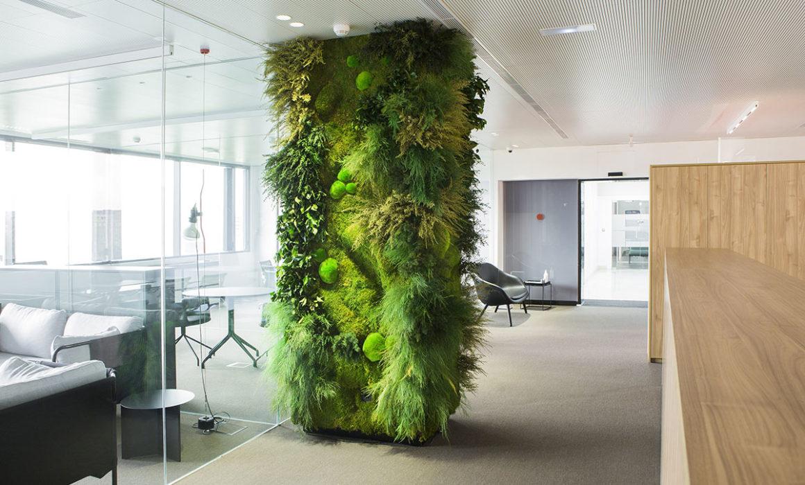 revestimiento columna con jardín vertical interior