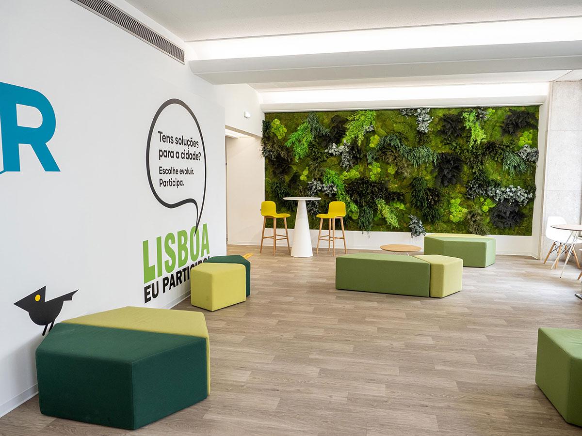 diseño biofílico en oficinas con jardines verticales preservados