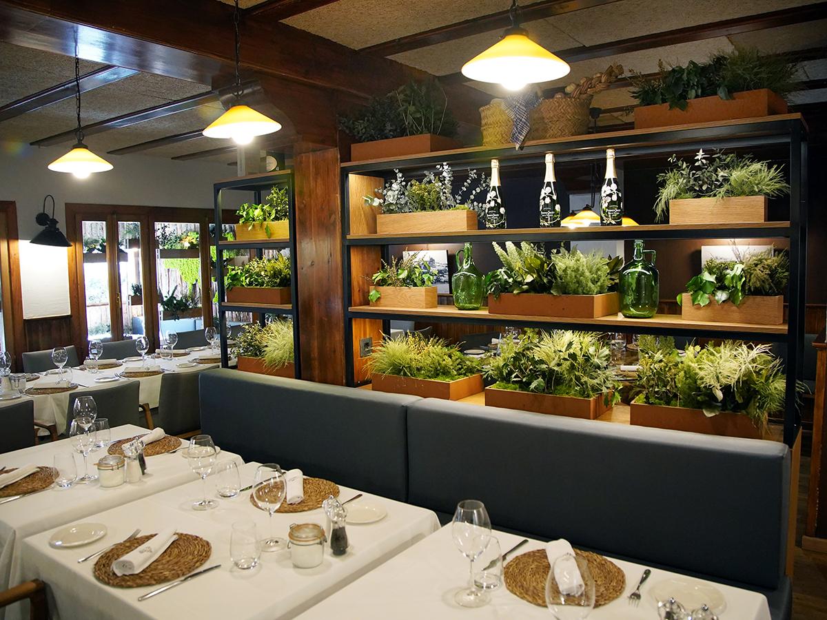 Jardineras con plantas preservadas para restaurante Ca Joan