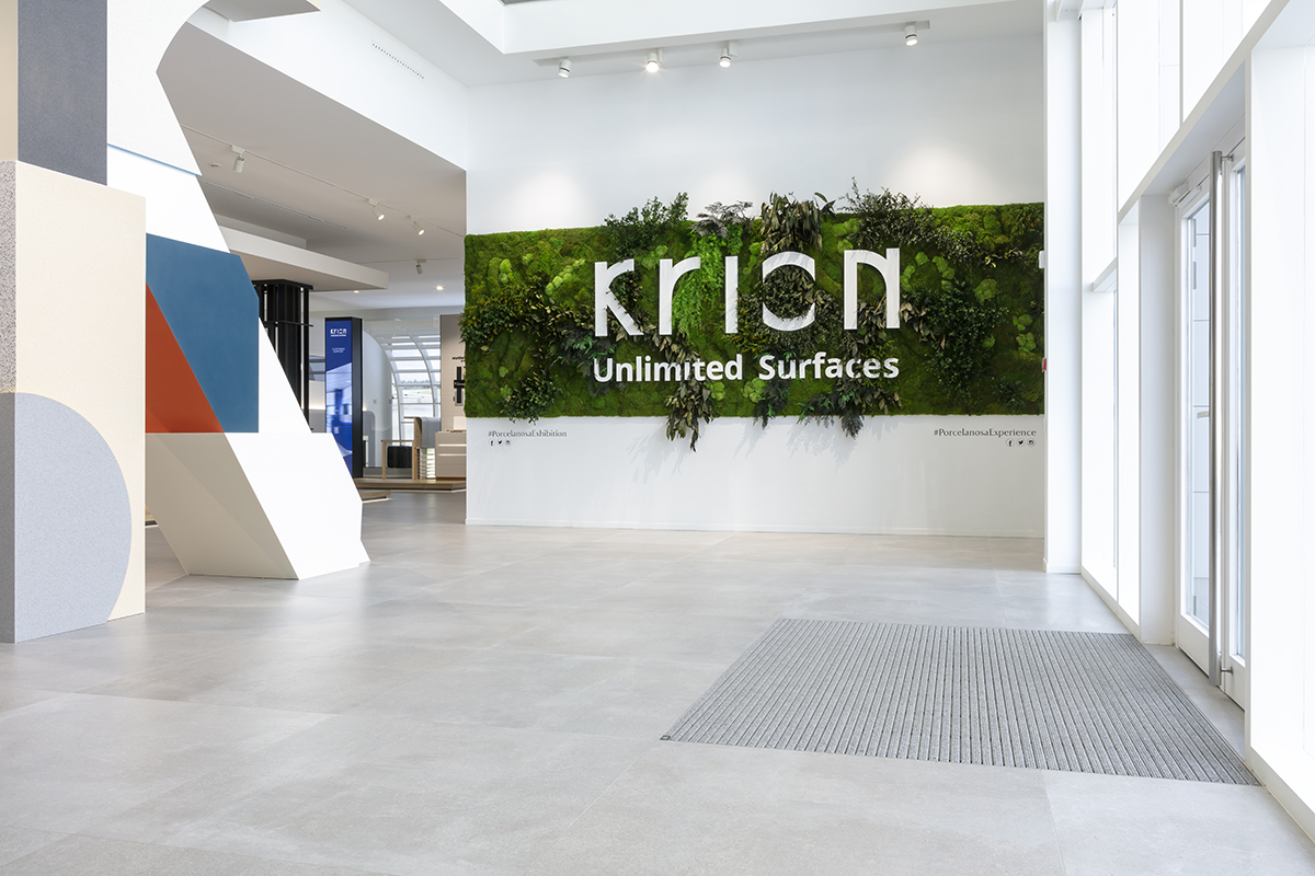 muro-verde-jarín-vegetal-pared-logo-porcelanosa-krion