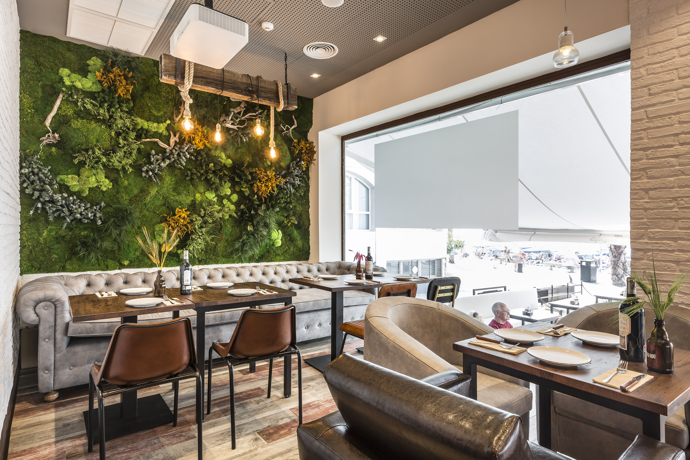 Plantas preservadas muro verde diseño restaurante