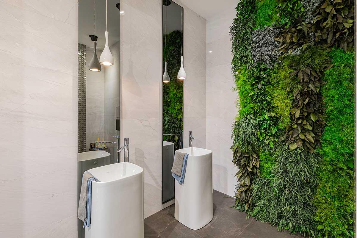 Pared con jardín vertical de plantas preservadas sin mantenimeinto